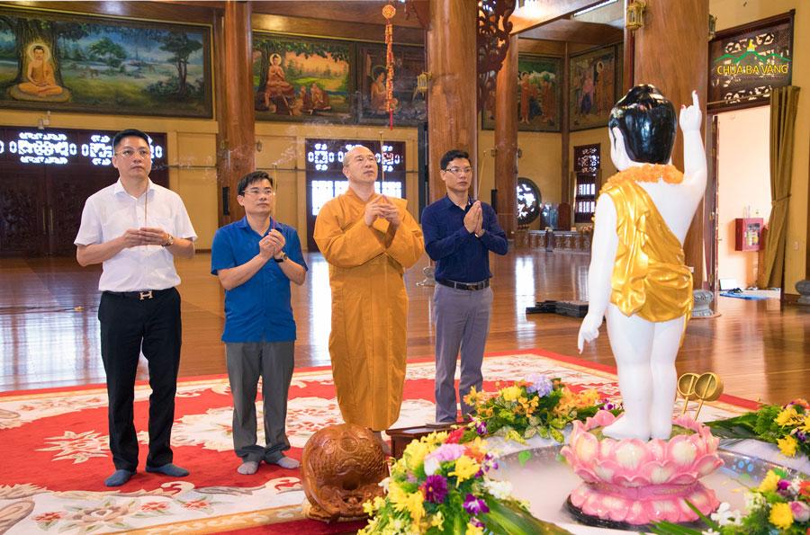 Sư Phụ Thích Trúc Thái Minh và đoàn lãnh đạo Ban Tôn giáo tỉnh Quảng Ninh dâng hương, lễ Phật nhân ngày Phật đản