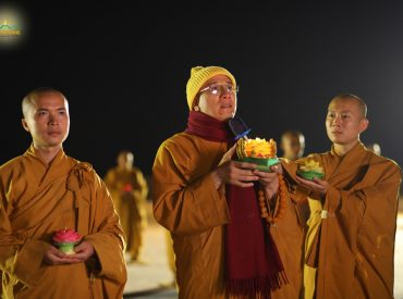 Sư Phụ Thích Trúc Thái Minh dâng nến tri ân Đức Phật đản sinh trong lễ Hoa đăng Phật Đản