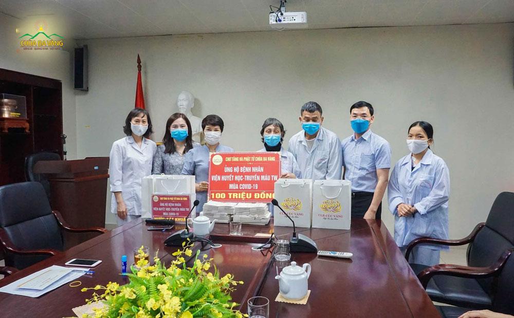 Phật tử chùa Ba Vàng đã trao tặng 100.000.000 VNĐ (một trăm triệu đồng chẵn) cho các bệnh nhân có hoàn cảnh khó khăn đang điều trị tại Viện Huyết học - Truyền máu Trung ương
