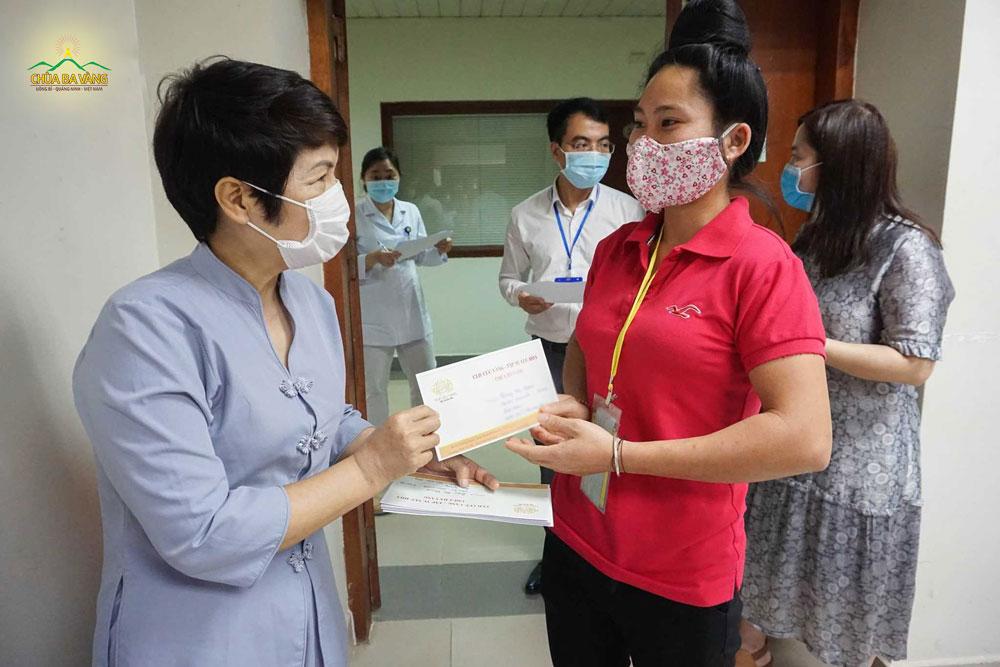 Phật tử chùa Ba Vàng trao tặng những suất quà đến các bệnh nhân có hoàn cảnh khó khăn đang điều trị tại Viện Huyết học - Truyền máu Trung ương