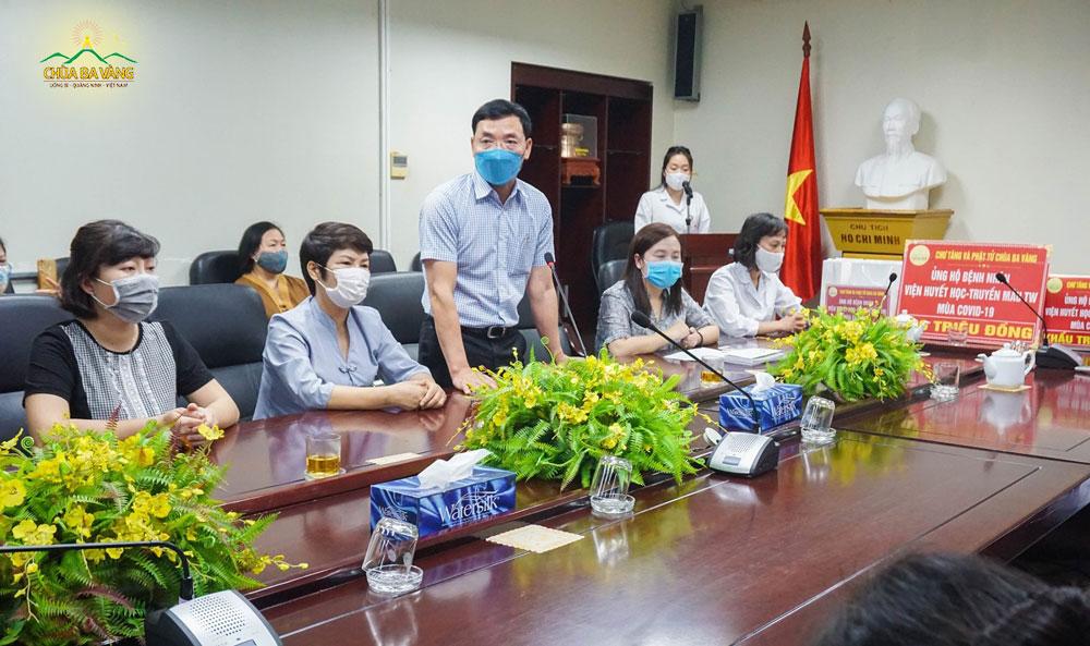 Phó viện trưởng - Chủ tịch công đoàn Viện Huyết học và Truyền máu Trung ương - ông Lê Lâm cùng các y, bác sĩ, các bệnh nhân đã bày tỏ sự cảm kích và biết ơn tới Thầy trụ trì cùng chư Tăng và các Phật tử chùa Ba Vàng