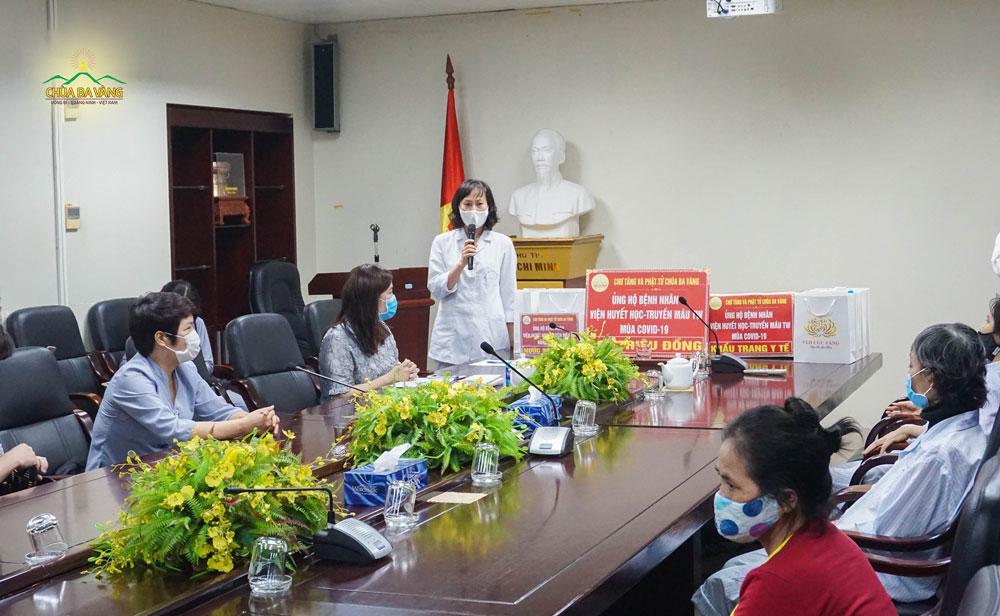 Trưởng phòng công tác xã hội của Viện Huyết học Truyền máu Trung ương thay lời bệnh nhân cảm ơn chư Tăng và Phật tử chùa Ba Vàng