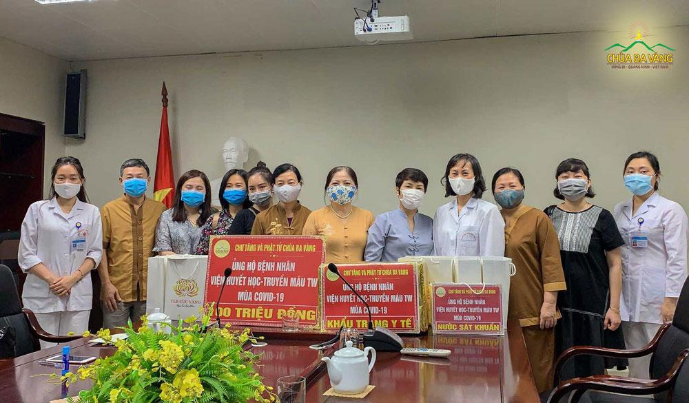 Phật tử chùa Ba Vàng chụp ảnh cùng các y, bác sĩ cùng các bệnh nhân tại Viện Huyết học và Truyền máu Trung ương