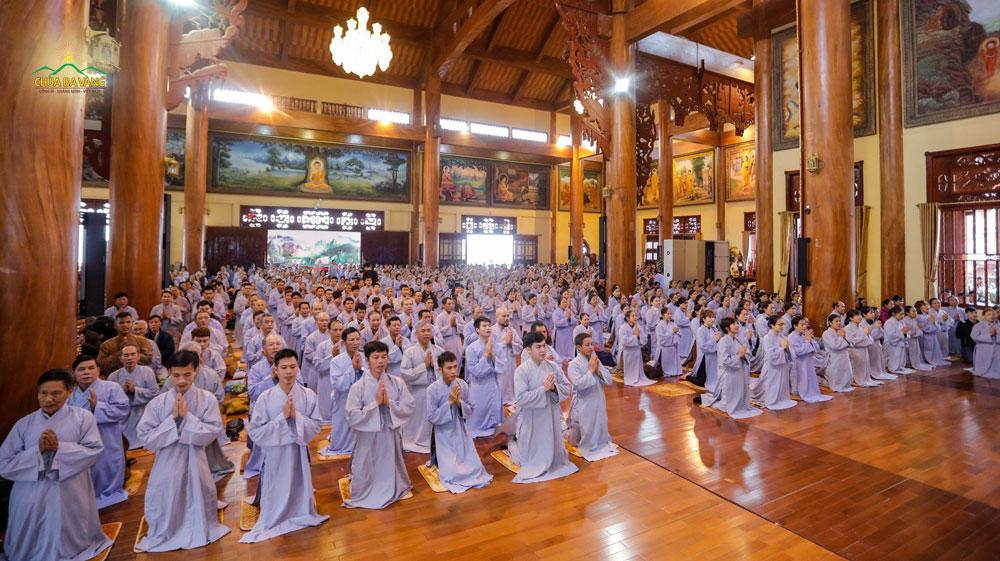Phật tử phát nguyện quy y Tam Bảo, thọ trì ngũ giới trong ngày tu Bát quan trai mùng 8 hàng tháng tại chùa Ba Vàng