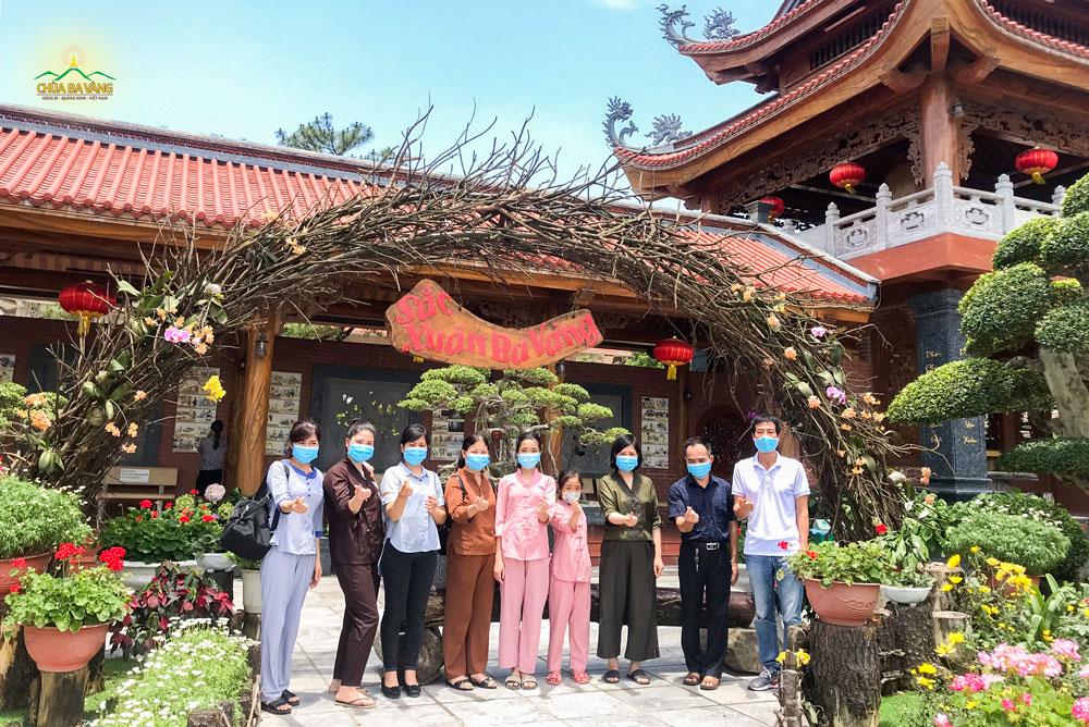 Phật tử Lương Thị Bình (ngoài cùng bên trái) cùng với các đạo hữu trong Đạo tràng Minh Hậu - Hải Dương về chùa lễ Phật