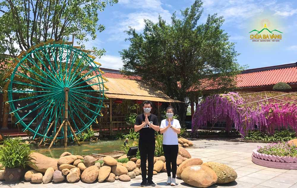 Bạn Nguyễn Đức Việt đang học tập tại trường Đại học Y Dược Hải Phòng về chùa tham quan, lễ Phật