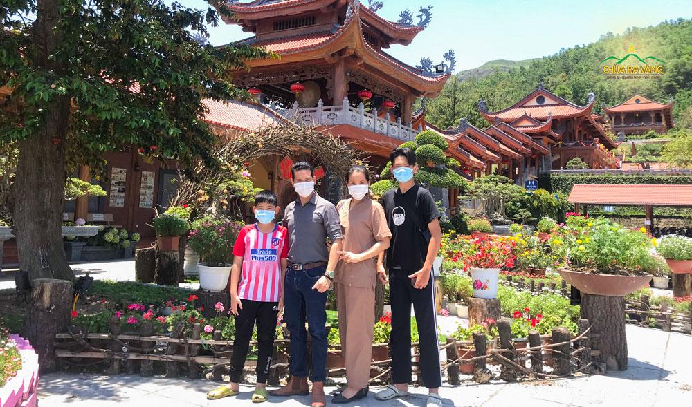 Phật tử Vũ Văn Dũng (thứ 2 từ trái sang) cùng gia đình về chùa tham quan, lễ Phật sau thời gian dài giãn cách xã hội