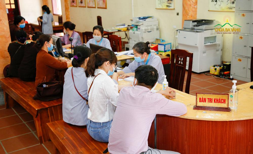 Các Phật tử đăng ký ăn cơm trưa miễn phí tại Ban tri khách