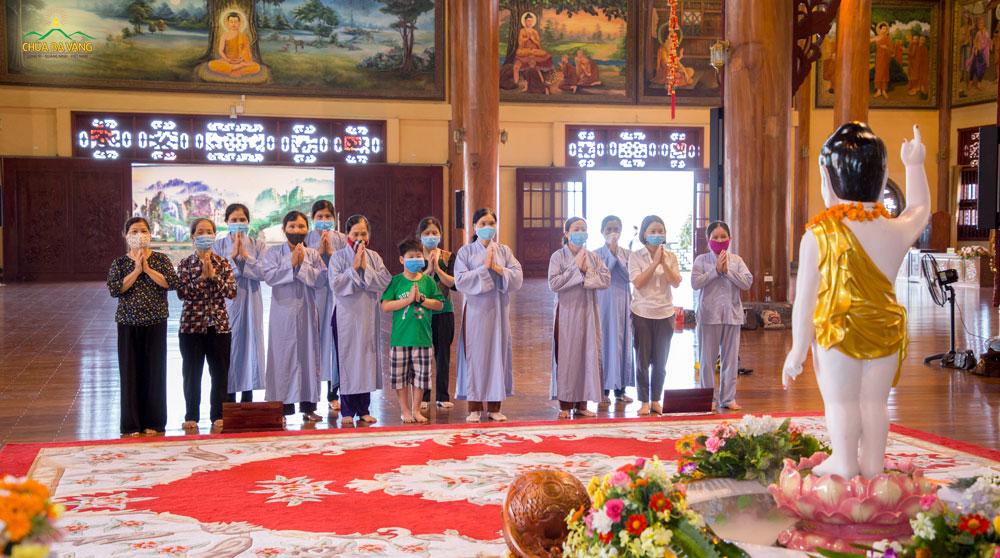 Gia đình Phật tử chắp tay thành kính lễ Phật tại tầng 2 Chính điện chùa Ba Vàng