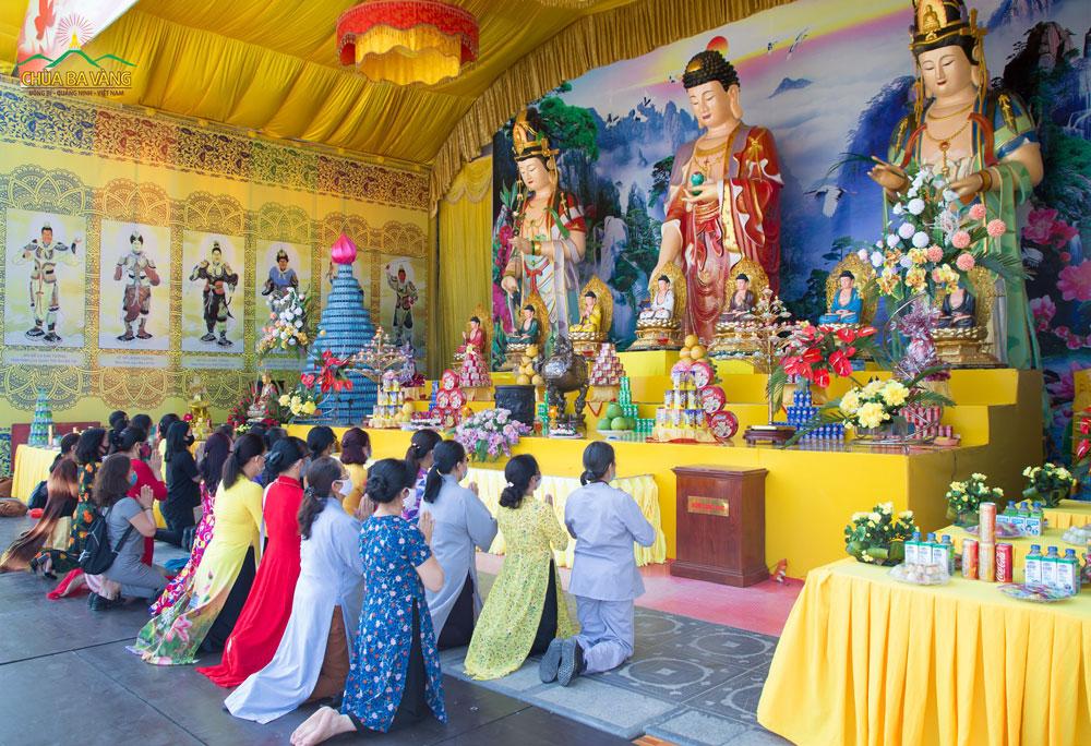 Du khách và Phật tử về chùa thành kính đảnh lễ Đức Phật
