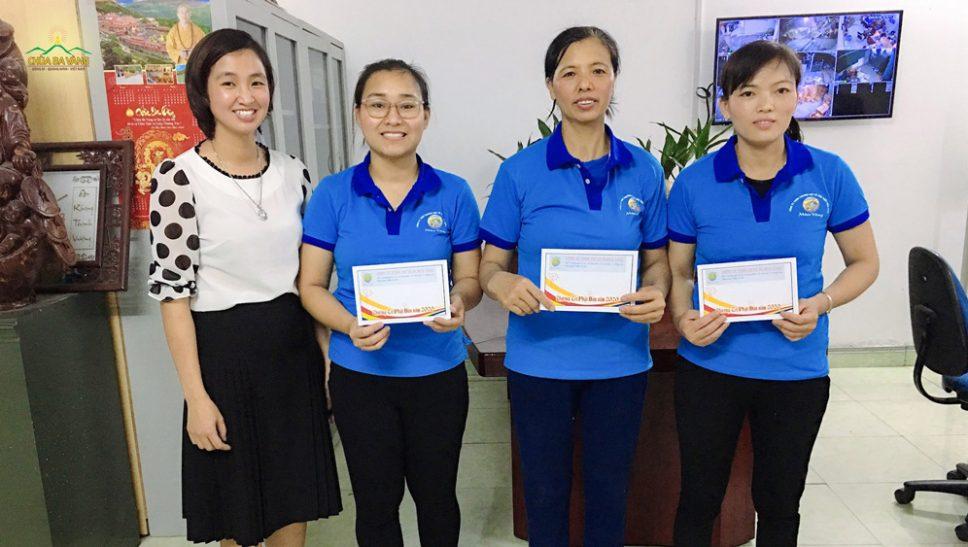 Phật tử chùa Ba Vàng thưởng Tết Phật đản cho nhân viên công ty - Lan tỏa tinh thần Phật Pháp