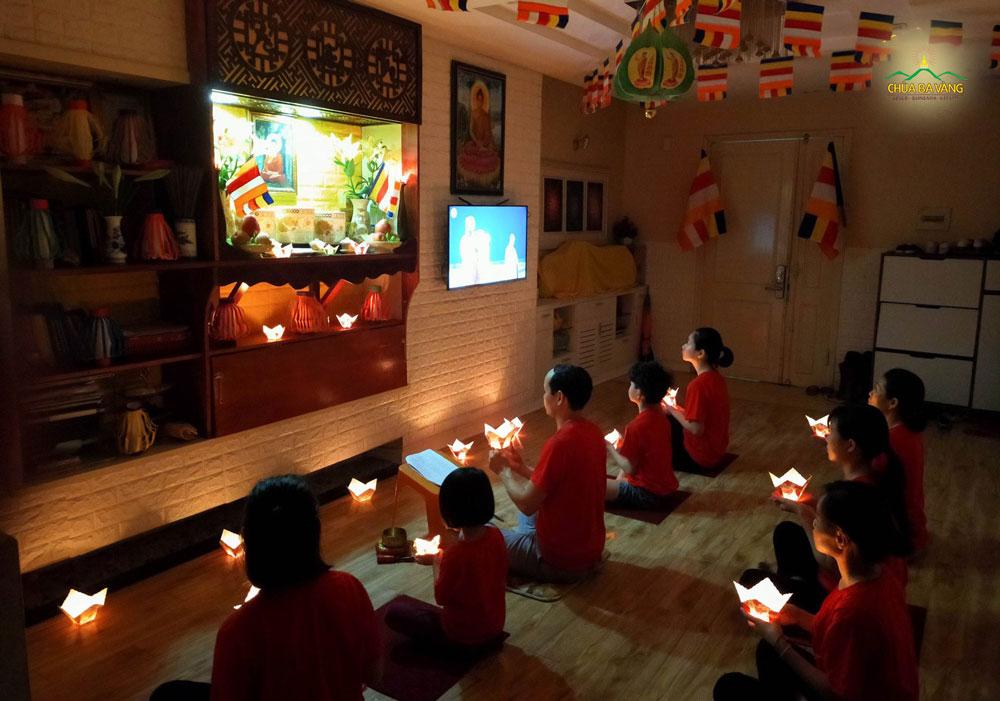 Mùa Phật đản năm nay, các Phật tử chùa Ba Vàng đã cùng nhau tổ chức đón Tết Phật đản tại gia thật ấm cúng và thiêng liêng