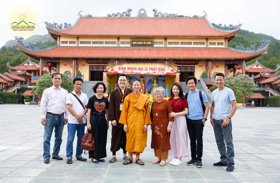 Ngày 15/5/2020, Thạc sĩ Thạch Lê Anh - nhà sáng lập VietNam Silicon Valley cùng gia đình về thăm chùa Ba Vàng