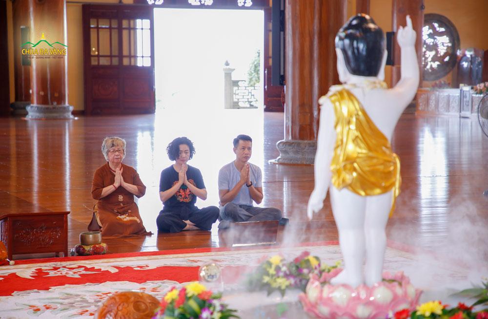 Thạc sĩ Thạch Lê Anh - chủ nhiệm Vietnam Silicon Valley cùng gia đình lễ Phật tại Chính điện tầng 2 chùa Ba Vàng