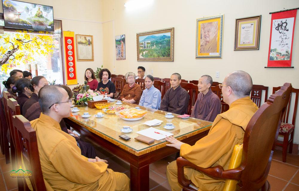 Sư Phụ Thích Trúc Thái Minh và chư Tăng tiếp đón nhà sáng lập Vietnam Silicon Valley và gia đình tại phòng khách