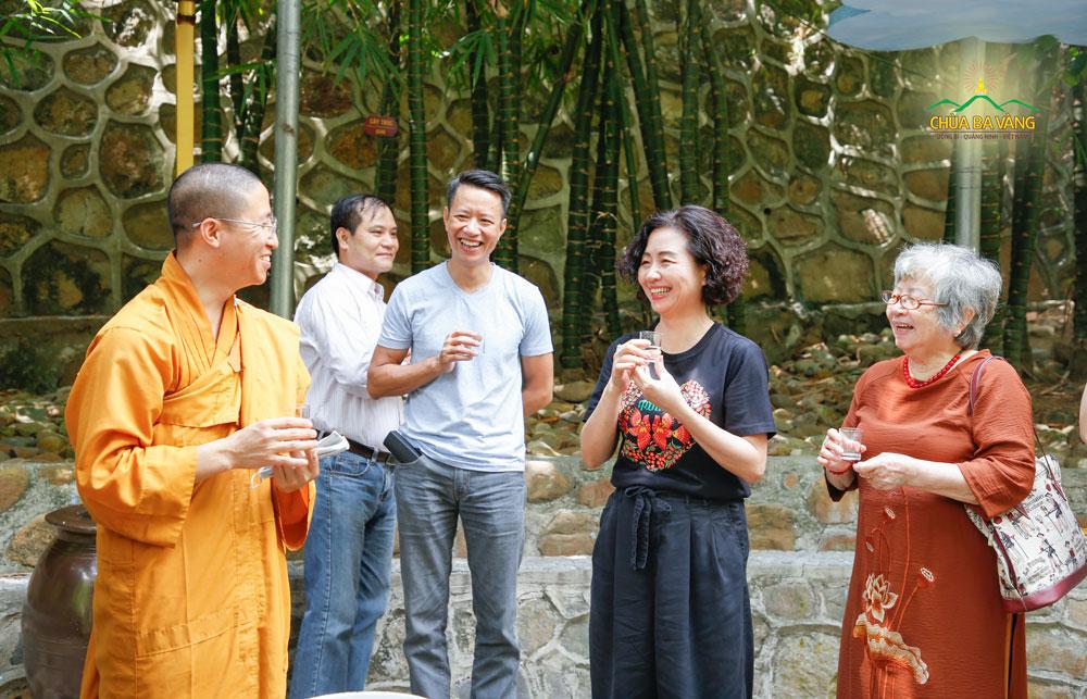 Thạc sĩ Thạch Lê Anh - nhà sáng lập Vietnam Silicon Valley cùng gia đình hoan hỉ khi được uống nước và nghe chư Tăng giới thiệu về lịch sử của giếng thần tại chùa Ba Vàng
