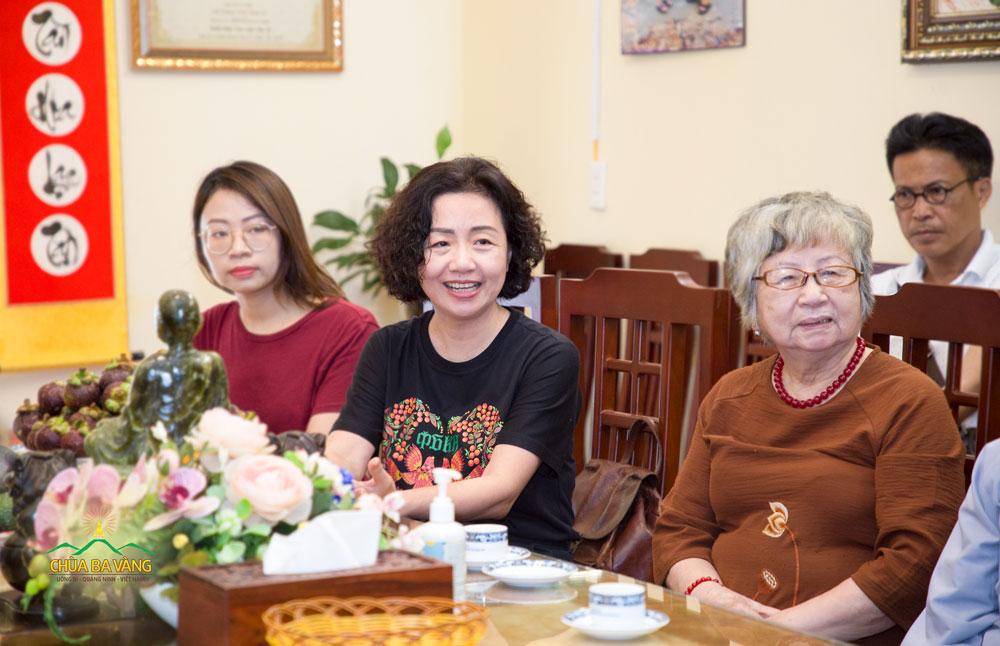 Thạc sĩ Thạch Lê Anh cùng mẹ và con dâu hân hoan khi được chia sẻ về chuyến tham quan chùa Ba Vàng lần này