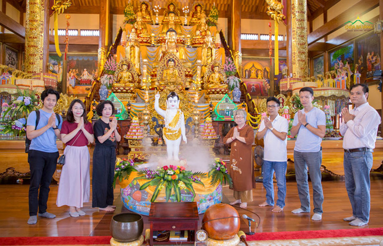 Thạc sĩ Thạch Lê Anh cùng gia đình chụp ảnh kỷ niệm tại Chính điện tầng 2 chùa Ba Vàng