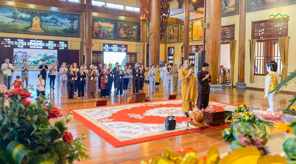 Sư Ông chủ nhiệm - Đại đức Thích Trúc Bảo Trực niêm hương bạch Phật