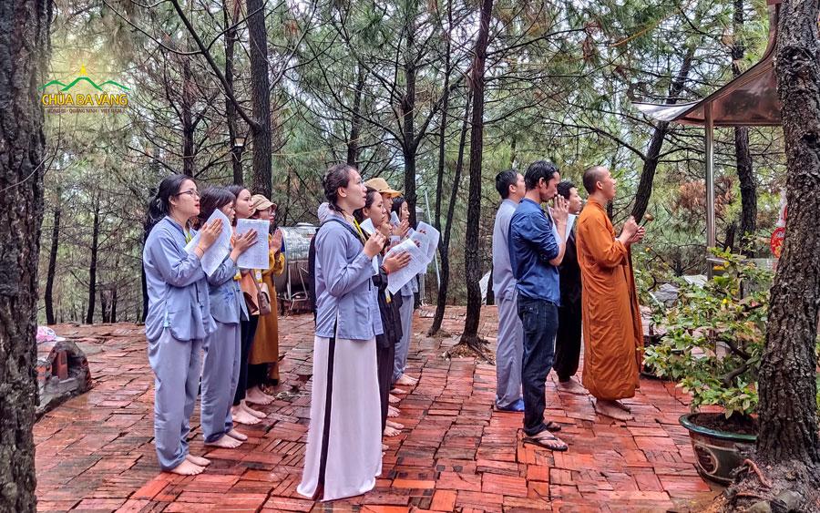 Đại đức Thích Trúc Bảo Trực và các bạn cùng tụng kinh tri ân Tam Bảo tại nơi thờ tự cây Bồ Đề mà chư Thiên trồng