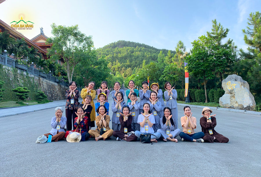 Bạn Đặng Thị Hương Ly chụp ảnh kỷ niệm cùng các bạn đồng tu trong CLB Tuệ Tâm