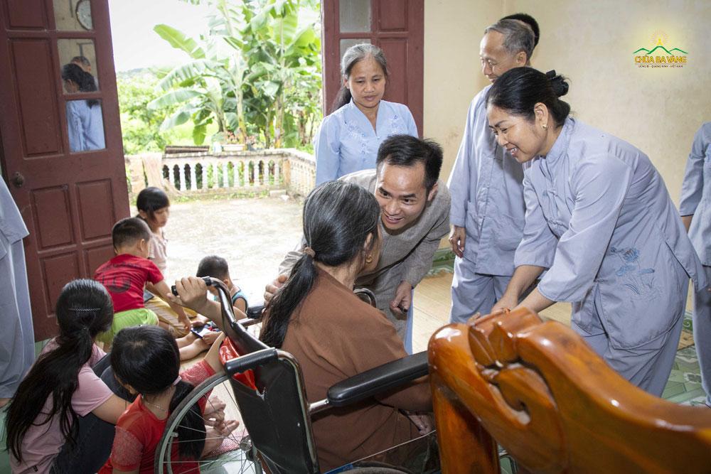 Các Phật tử trong đạo tràng Trúc Anh đã đến tại gia đình 3 cháu bé để thăm hỏi động viên gia đình