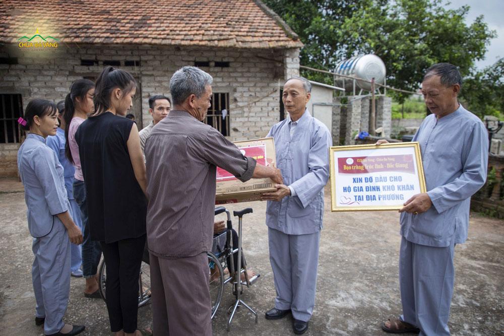 Các Phật tử trong đạo tràng Trúc Anh - tỉnh Bắc Giang đã nhận đỡ đầu trong khoảng thời gian 1 năm cho 3 cháu bé tại địa bàn sinh hoạt của đạo tràng