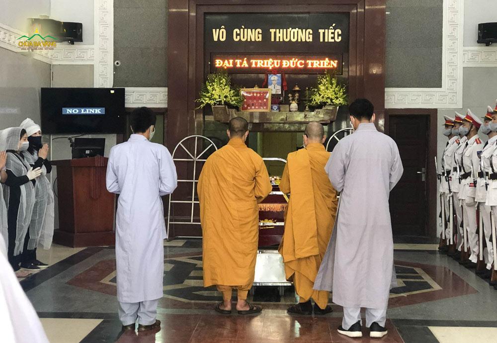 Chư Tăng chùa Ba Vàng làm lễ cho thân phụ của Phật tử Triệu Thị Việt Giang tại nhà tang lễ