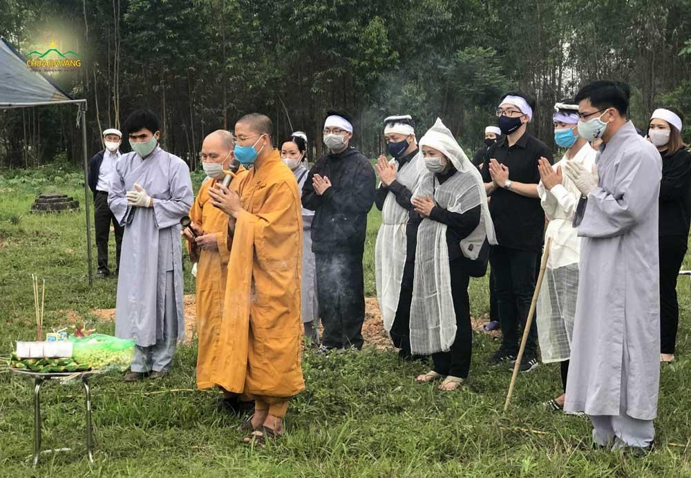Các Phật tử CLB Trúc Thanh - Hà Nội đã đến trợ duyên cho tang lễ