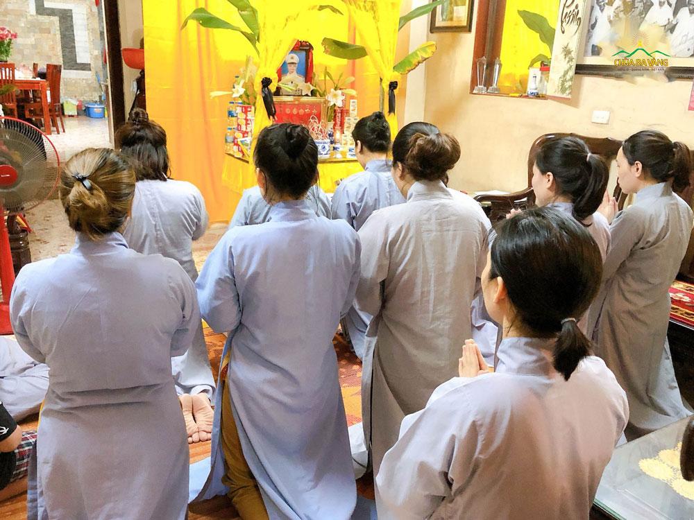 Các Phật tử trong CLB Trúc Thanh đã đến tại gia đình để trợ duyên lễ cúng tuần thất