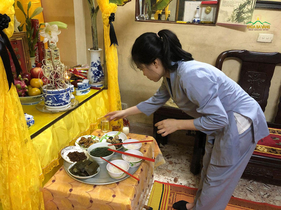 Thành viên trong CLB Trúc Thanh chuẩn bị mâm cơm cúng, bài trí ban thờ tại gia đình Phật tử Triệu Thị Việt Giang