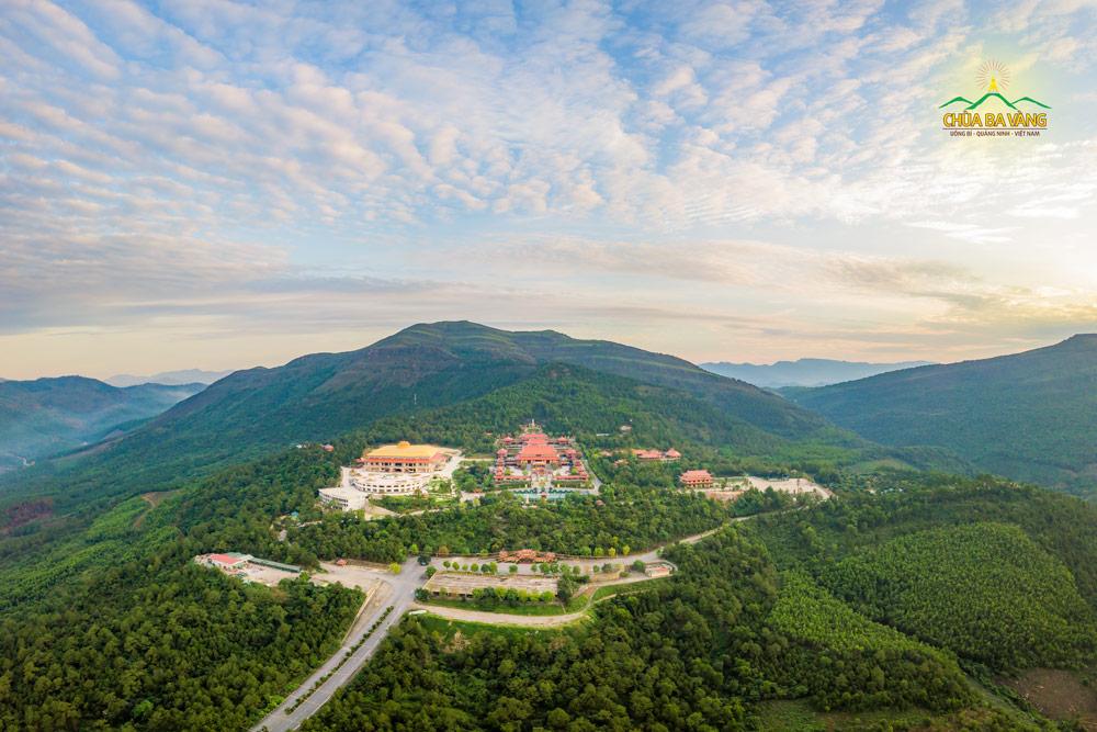 Toàn cảnh chùa Ba Vàng với khung cảnh tuyệt diệu từ trên cao nhìn xuống