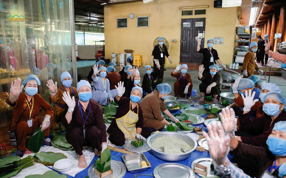 Phật tử ban hậu cần gói hàng trăm chiếc bánh chưng để chuẩn bị cho ngày tu học định kỳ