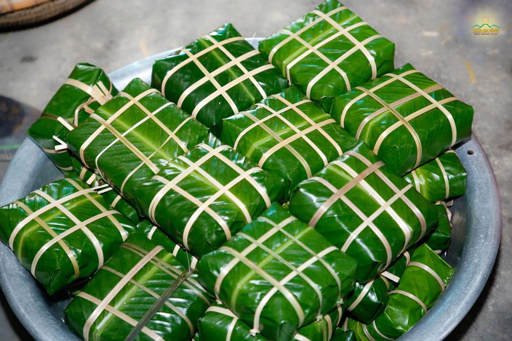 Những chiếc bánh chưng chay lần lượt được gói vuông vắn bởi những bàn tay khéo léo của các Phật tử chùa Ba Vàng