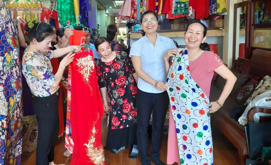Nhóm Phật tử CLB Sao Mai - Bắc Ninh vui vẻ cùng nhau chọn những bộ trang phục thật đẹp, thật ấn tượng để về chùa vào ngày tu học ngày mai - ngày 30/4/Canh Tý