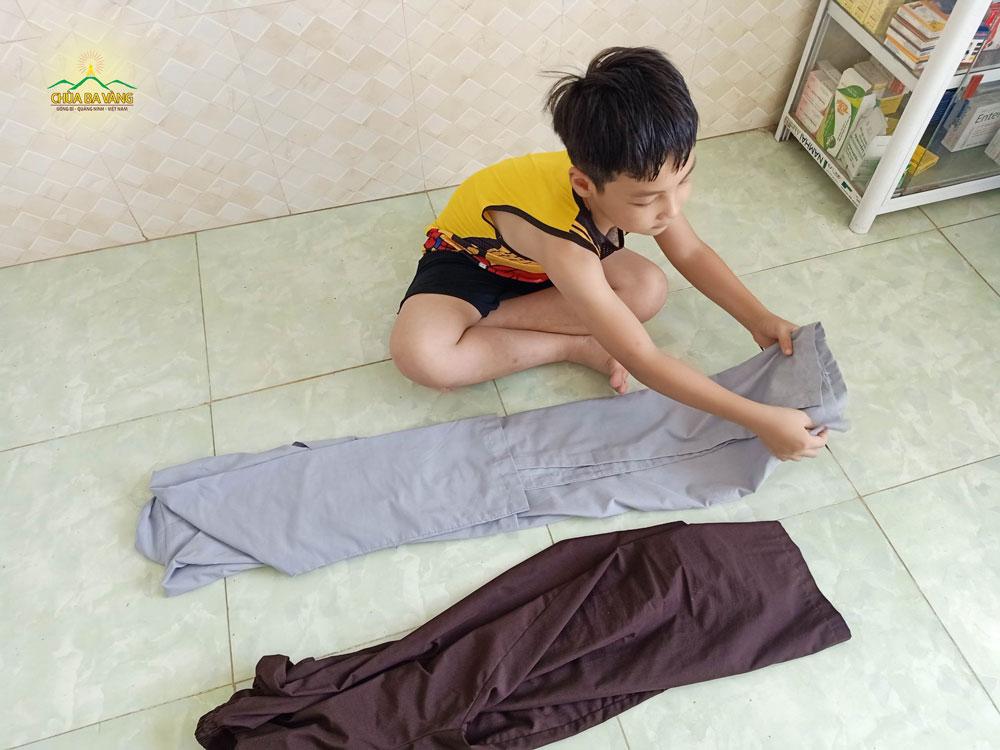 Phật tử nhí trong đạo tràng Minh Long Minh Khai - Hà Nội chuẩn bị đồ cho mẹ về chùa tu học