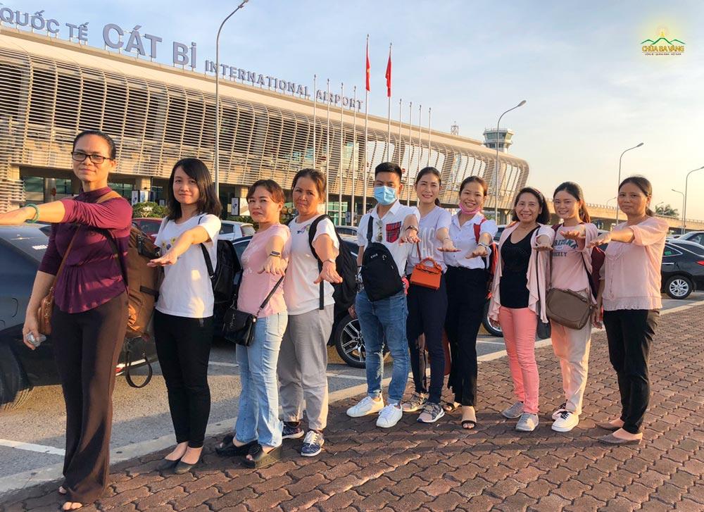 Các Phật tử trong đạo tràng Trúc Minh đã có mặt tại sân bay Cát Bi (Hải Phòng) để tiến thắng về mái nhà Ba Vàng