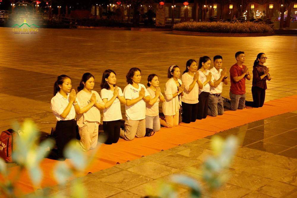 Phật tử trong đạo tràng Trúc Minh thành kính đảnh lễ Đức Phật tại sân chính điện chùa Ba Vàng