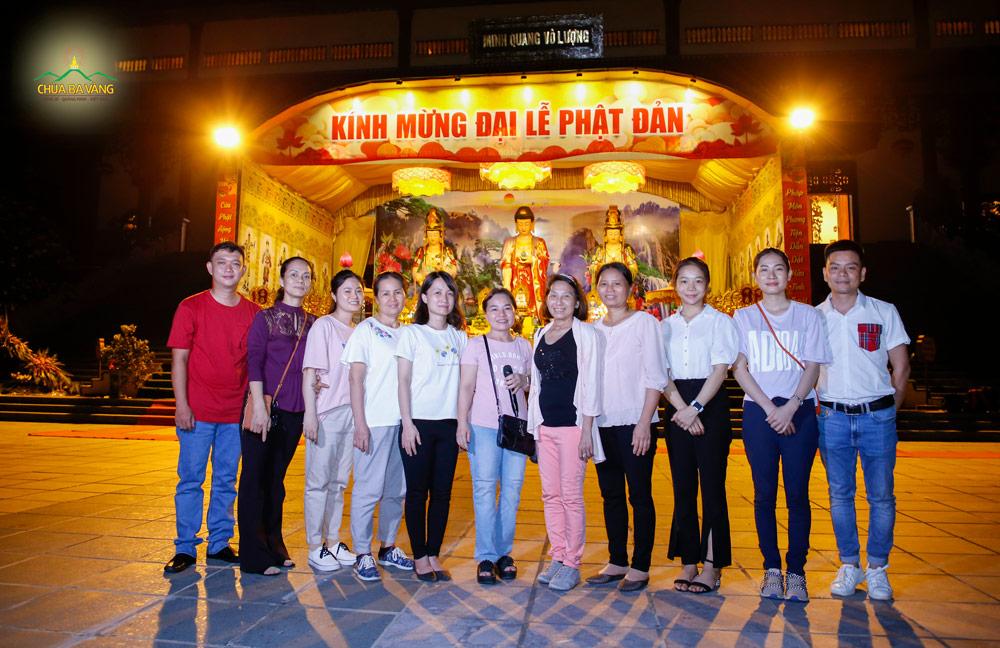 Các Phật tử đạo tràng Trúc Minh đã có mặt tại sân Chính điện chùa Ba Vàng trong niềm hạnh phúc và hân hoan