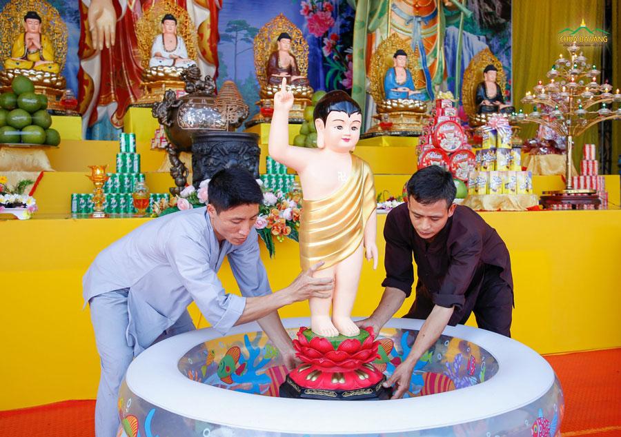Các cư sĩ nam đang gấp rút hoàn thiện công tác chuẩn bị để lễ Tắm Phật được diễn ra tốt đẹp