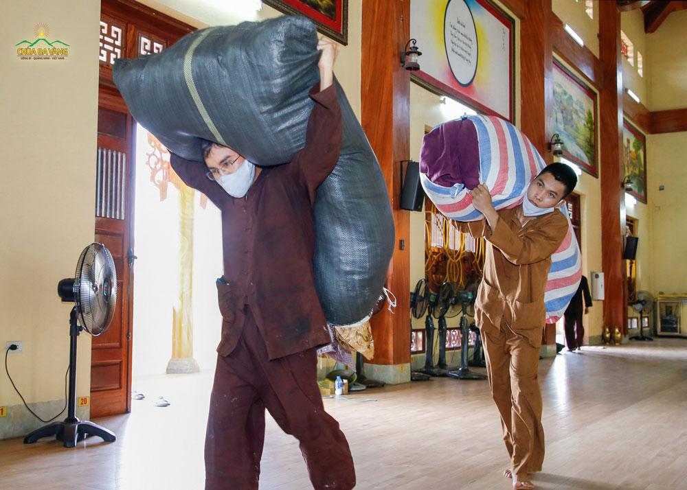 Các cư sĩ tại chùa vận chuyển chăn, gối phục vụ cho các Phật tử về chùa tu học