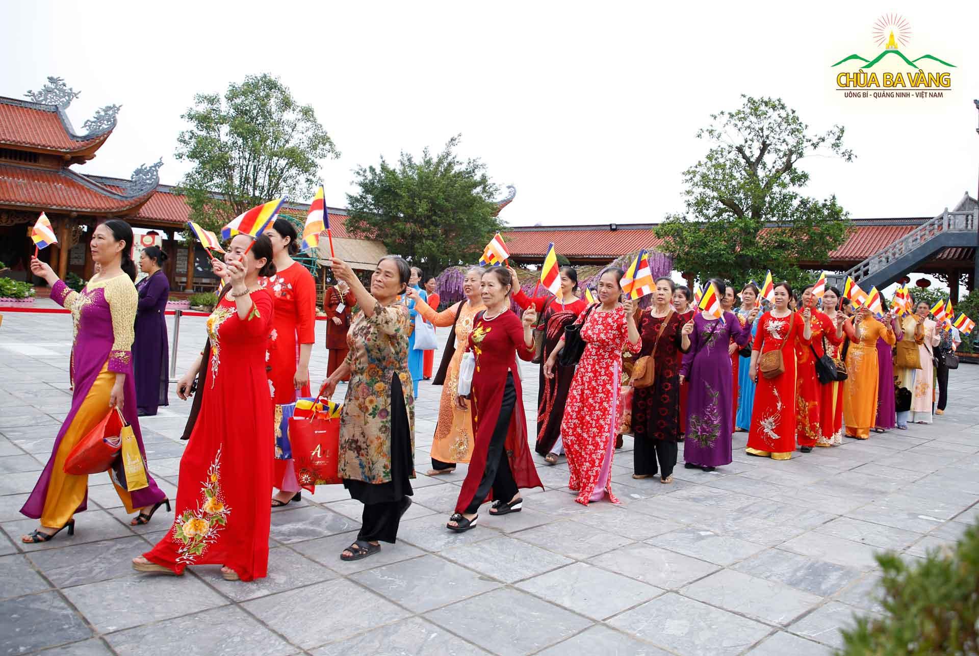 Phật tử xếp hàng dài đi vào sân chính điện