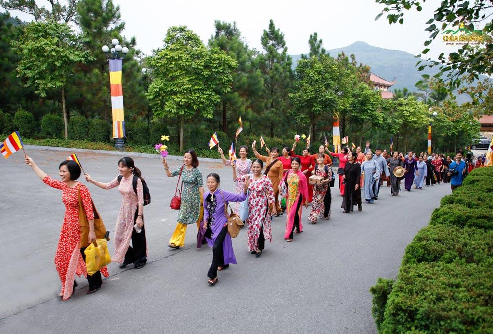 Các Phật tử hân hoan khi được về chùa