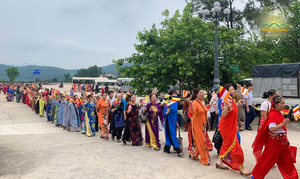 Phật tử di chuyển từ bãi xe só 6 để tiến lên Chính điện chùa Ba Vàng