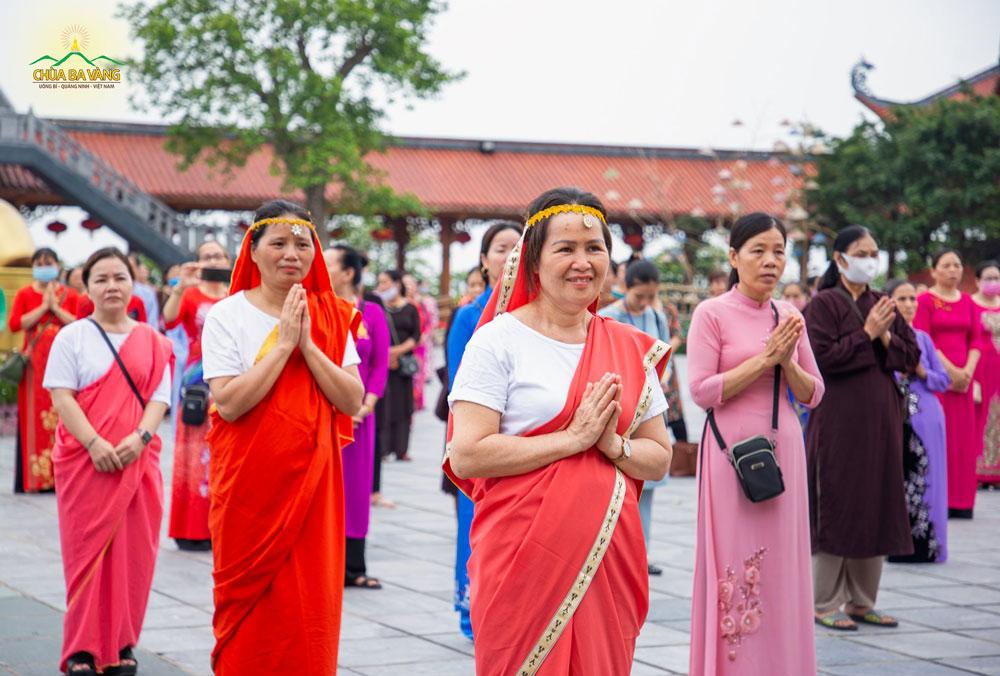 Phật tử hân hoan trong trang phục Ấn Độ