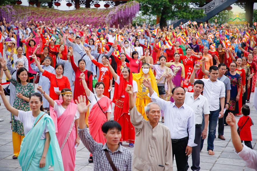 Các Phật tử trong trang phục quàn ấu, áo dài truyền thống kết hợp với trang phục Ấn Độ như tái hiện lại khung cảnh thành Ca Tỳ La Vệ