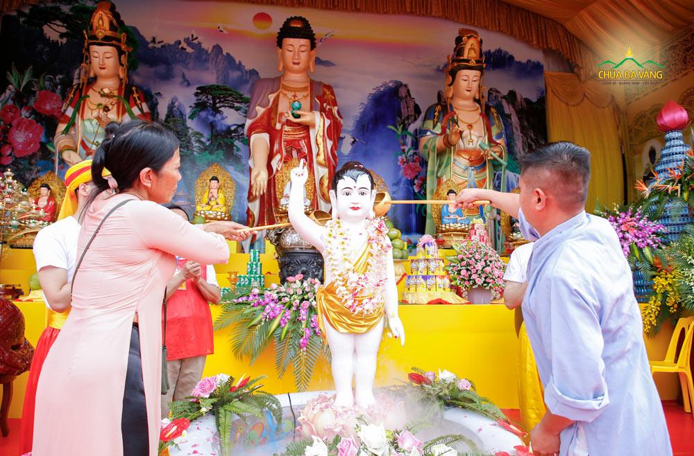 Phật tử thực hiện nghi lễ tắm Phật