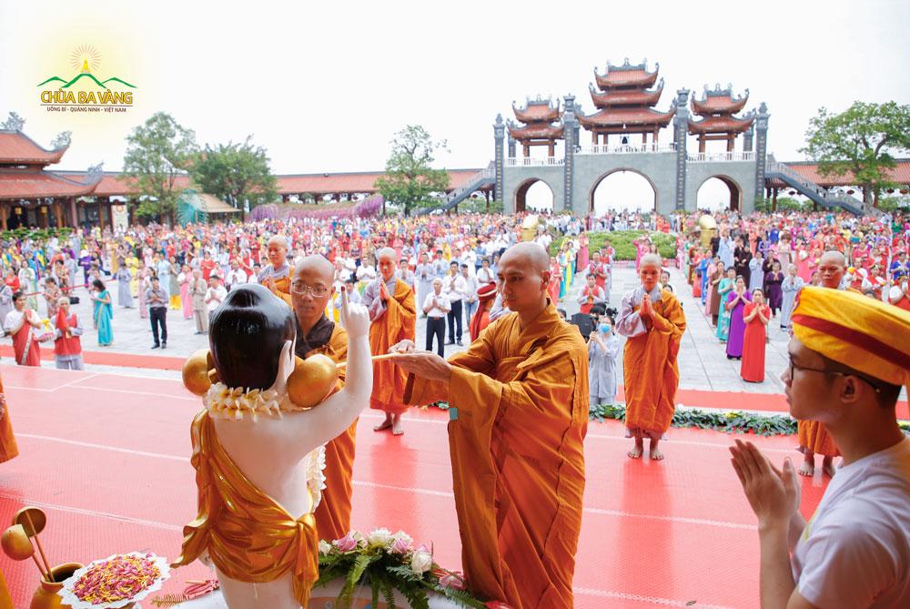 Chư Tăng chùa Ba Vàng thực hiện nghi lễ tắm Phật