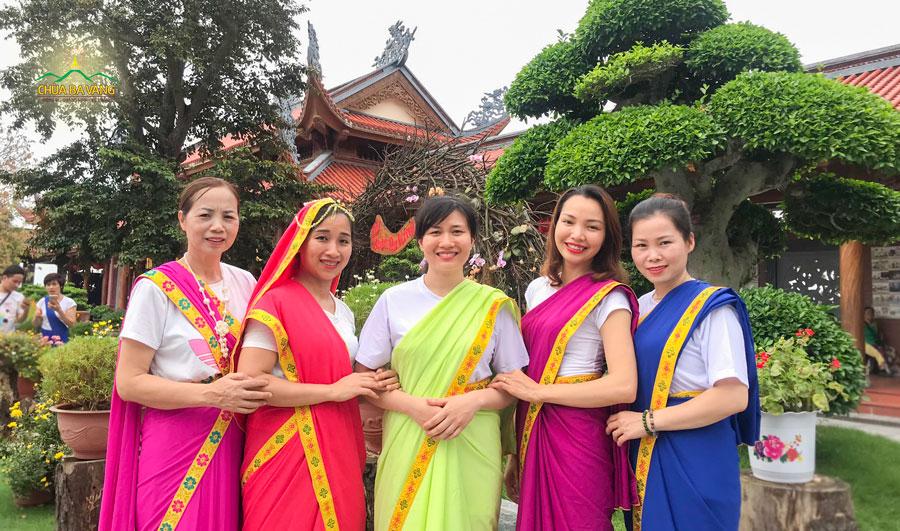 Cô Nguyễn Thị Tuyết không nén được cảm xúc của mình khi được tắm Phật