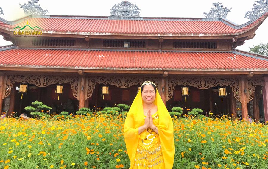 Phật tử Nguyễn Thị Huệ hoan hỷ khi được tham gia nghi thức tắm Phật tại chùa Ba Vàng